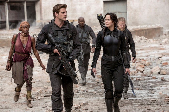 "Liam Hemsworth y Jennifer Lawrence en ""The Hunger Games: Mockingjay - Part 1""."