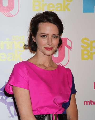 "Amy Acker protagoniza la serie de TV ""Person of Interest"" y actúa en las películas por estrenar ""Let's Kill Ward's Wife"", ""The Energy Specialist"" y ""The Write Man"" (TV)."