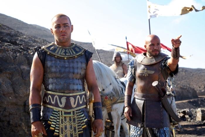 """Joel Edgerton y Dar Salim en """"Exodus: Gods and Kings""""."""