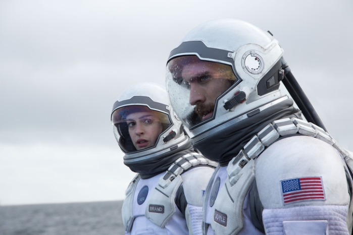 "Anne Hathaway y Wes Bently en ""Interstellar""."