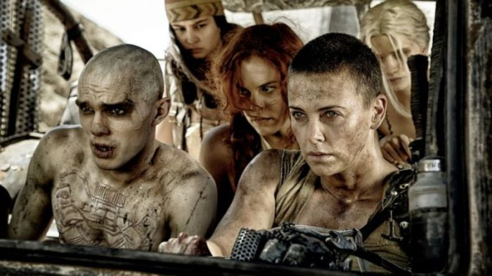 "Nicholas Hoult, Riley Keough y Charlize Theron en ""Mad Max: Fury Road""."