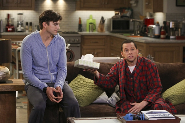 "Ashton Kutcher y Jon Cryer en ""Two and a Half Men""."