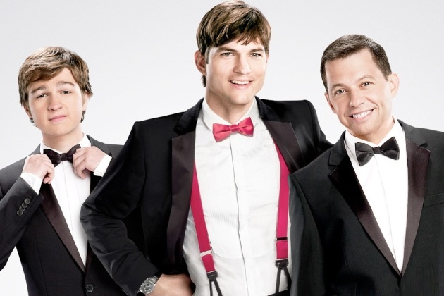 "Angus T. Jones, Ashton Kutcher y Jon Cryer en un promocional de ""Two and a Half Men""."