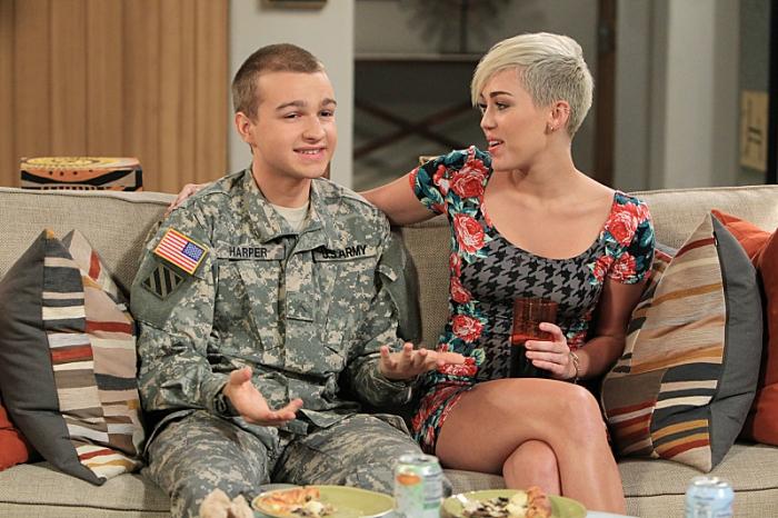 """Angus T. Jones junto a Miley Cirus cuando fue invitada especial en """"Twho and a Half Men"""". Episodio transmitido en CBS el 8 de nociembre de 2014."""