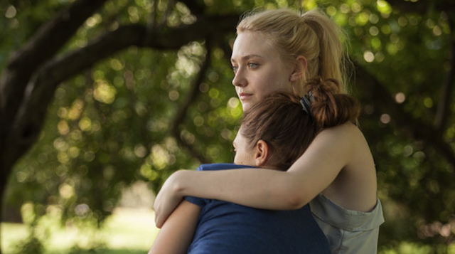 "Elizabeth Olsen y Dakota Fanning en ""Very Good Girls""."