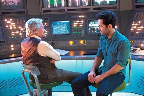 "Michael Douglas como Hank Pym y Paul Rudd como Scott Lang / Ant-Man en ""Ant-Man""."