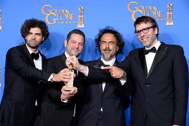 """Alejandro González Iñárritu y los demás escritores de """"Birdman"""" muestran su Golden Globe."""