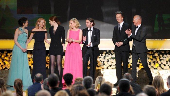 """Elenco de """"Birdman"""" al recibir su premio como Mejor Película."""