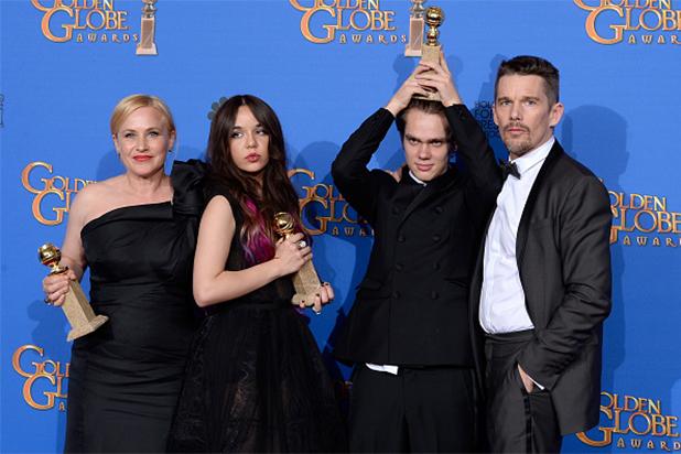 """Patricia Arquette, Lorelei Linklater, Ellar Coltrane y Ethan Hawke muestran el Golden Globe ganado por """"Boyhood"""" como Mejor Drama."""