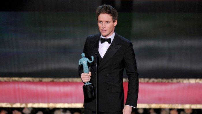 """Eddie Redmayne al ganar su SAG Award como Mejor Actor por """"Theory Of Everything""""."""