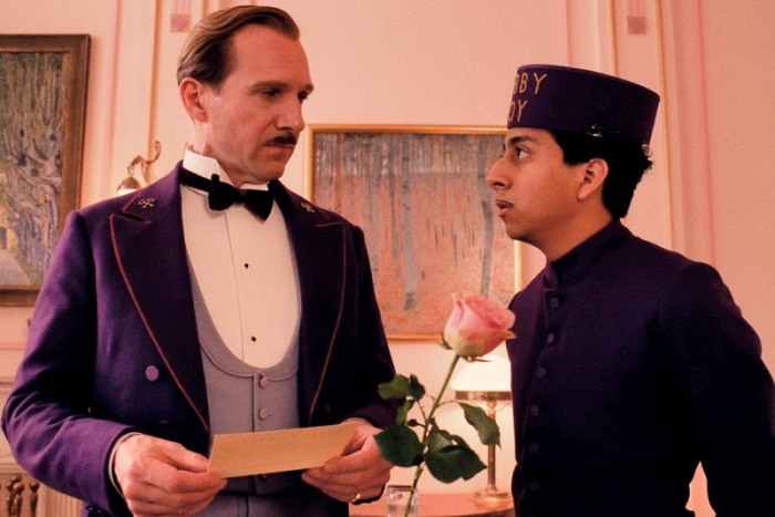"Ralph Fiennes y Tony Revolori en ""The Great Budapest Hotel""."