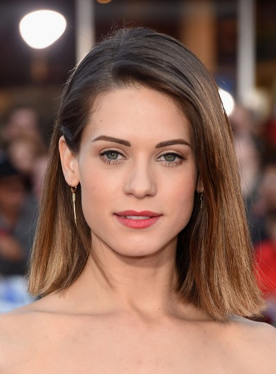 "Lyndsy Fonseca actúa en la serie de TV ""Agent Carter"" y en las películas por estrenar ""The Escort"" y ""Moments of Clarity""."