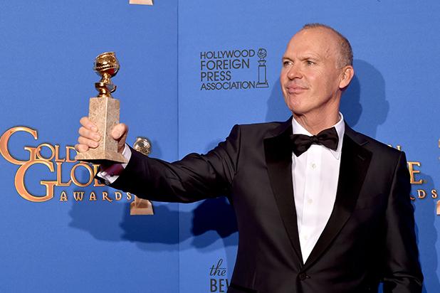 Michael Keaton muestra su Golden Globe.