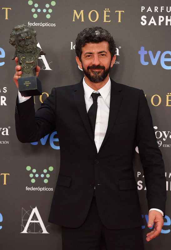 Alberto Rodríguez muestra su Goya como Mejor Director por 'La isla mínima'.