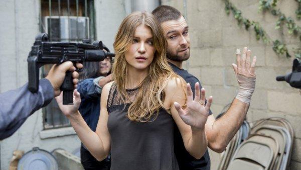 "Ivana Milicevic y Antony Starr en ""Banshee""."