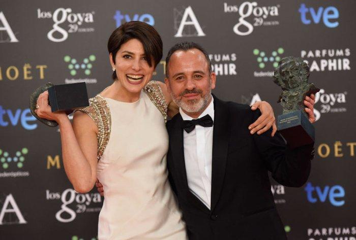 Bárbara Lennie y Alberto Rodríguez muestran los premios ganados por 'Magical Girl' y 'La isla mínima'.
