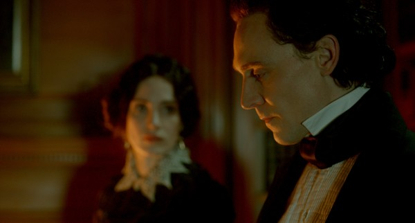 "Jessica Chastain como Lady Lucille Sharpe y Tom Hiddleston como Sir Thomas Sharpe en ""Crimson Peak""."