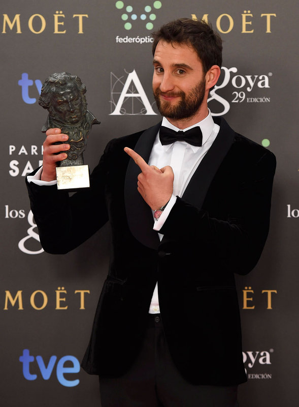 Dani Rovira muestra su Goya ganado como Mejor Actor Revelación por 'Ocho apellidos vascos'.