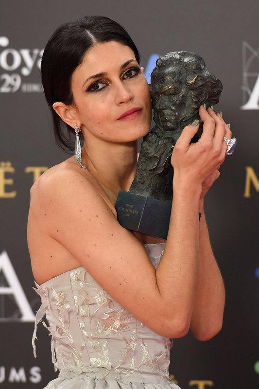Nerea Barros muestra su Goya ganado como Mejor Actriz Revelación por 'La isla mínima'.