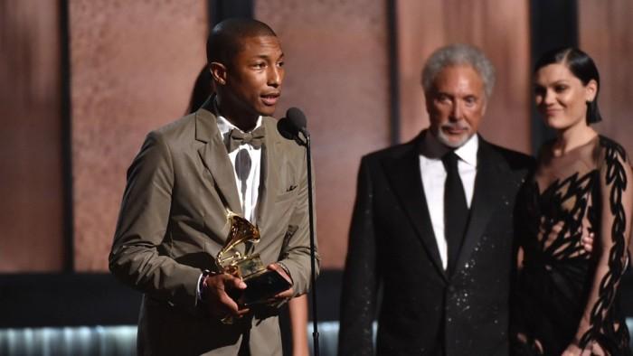 """Pharrell William al recibir su premio como mejor cantante por su canción """"Happy""""."""