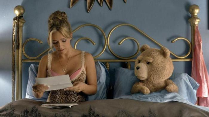 """Jessica Barth y Ted en """"Ted 2″."""