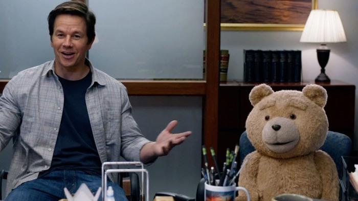 """Mark Wahlberg y Ted (Seth MacFarlane) en """"Ted 2″."""