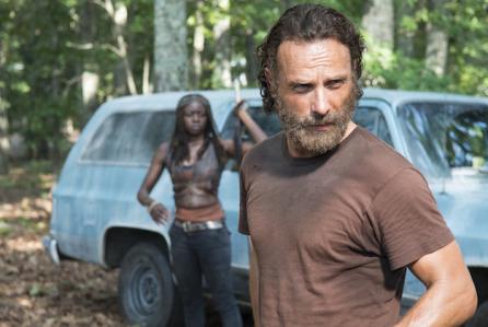 """Andrew Lincoln como Rick Grimes y Danai Gurira como Michonne """"The Walking Dead"""" (capítulo 9 de la 5ta. temporada)."""