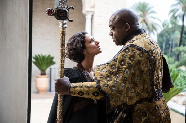 """Indira Varna y Deobia Opaeri en la 5ta. temporada de """"Game of Thrones""""."""