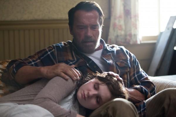 """Abigail Breslin y Arnold Schwarzenegger en """"Maggie""""."""