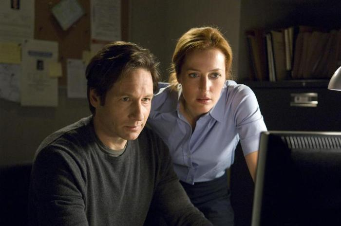 "David Duchovny y Gillian Anderson en la serie ""The X-Files"" (1993 – 2002)."