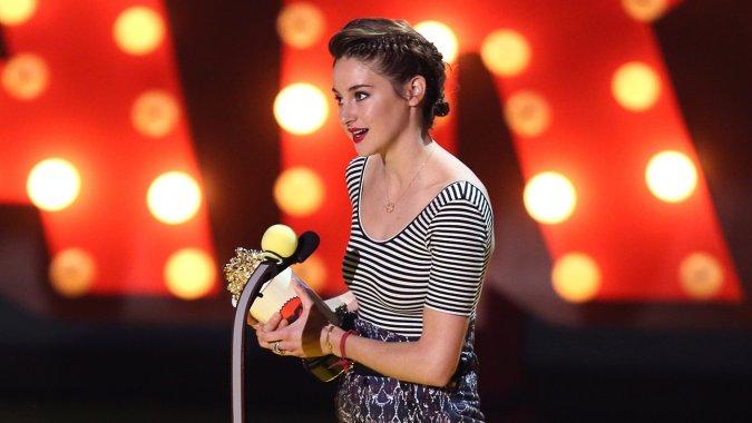 Shailene Woodley al recibir uno de sus MTV Movie Awards 2015.