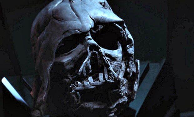 "Imagen del casco de Darth Vader en una escena de ""Star Wars: Episode VII – The Force Awakens""."