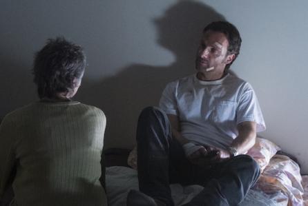 """Melissa McBride y Andrew Lincoln en """"The Walking Dead"""" (final 5ta. temporada)."""