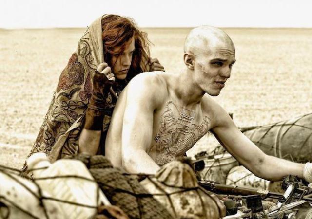 """Riley Keough Y Nicholas Hoult en """"Mad Max: Fury Road""""."""