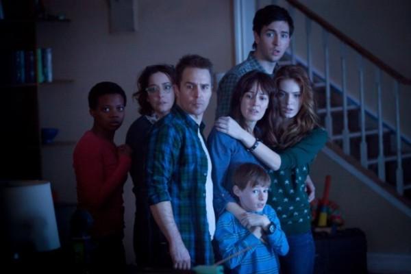 """Sam Rockwell, Rosemarie DeWitt y otros actores de """"Poltergeist"""" (2015)."""
