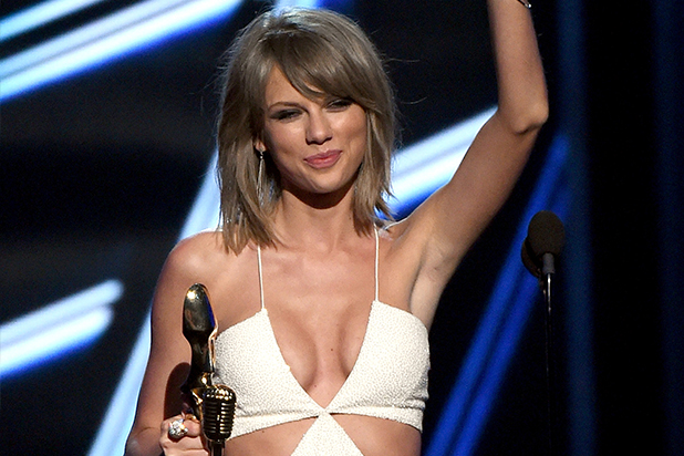 Taylor Swift al recibir su premio de Top Artist en los Billboard Music Awards 2015.