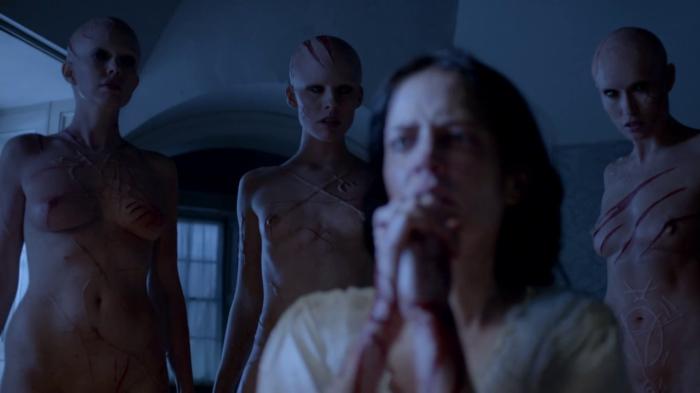 "Eva Green como Vanessa Ives, rodeada de tres brujas en la 2da. temporada de ""Penny Dreadful""."