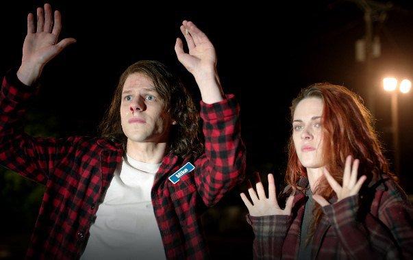 """Jesse Eisenberg y Kristen Stewart en """"American Ultra""""."""