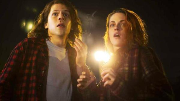 """Jesse Eisenberg y Kristen Stewartl en """"American Ultra""""."""