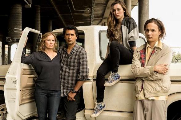 """Kim Dickens, Cliff Curtis, Alycia Debnam-Carey y Frank Dillane en """"Fear The Walking Dead""""."""