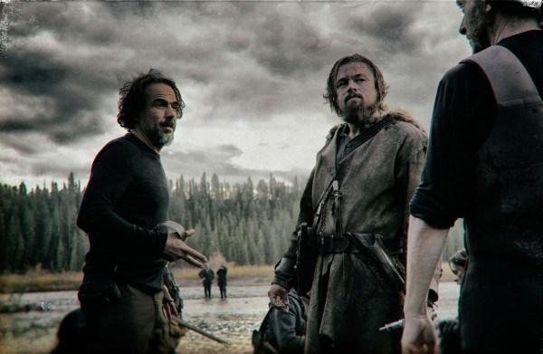 """Alejandro González Iñárritu dando instrucciones a Leonardo DiCaprio y a Tom Hardy en el rodaje de """"The Revenant"""". / Foto fuente: 20th Century Fox"""