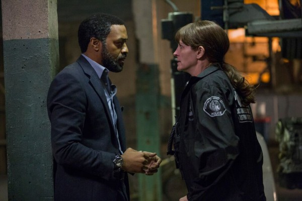 "Chiwetel Ejiofor y Julia Roberts en ""Secret in Their Eyes""."