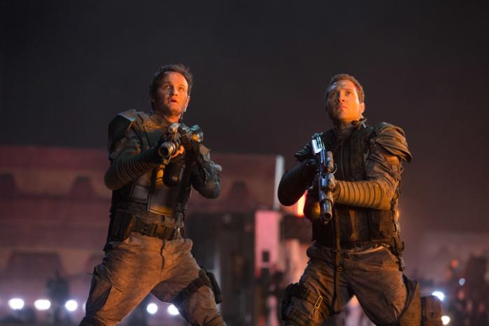 "Jason Clarke como John Connor y Courtney como Kyle Reese ""Terminator Genisys""."