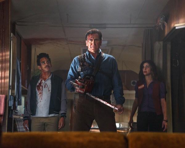 "Ray Santiago, Bruce Campbell y Dana DeLorenzo en ""Ash vs Evil Dead""."