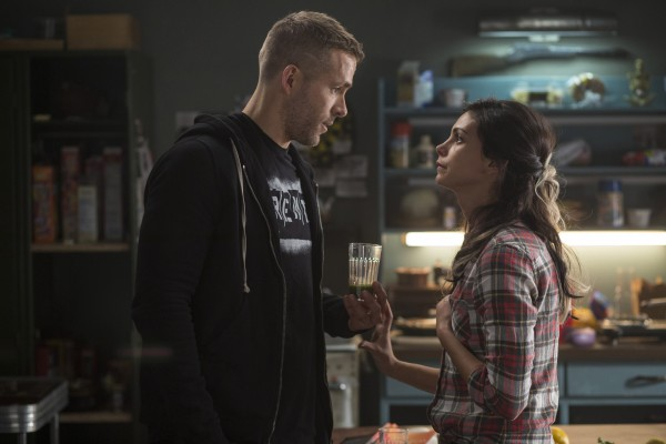"Ryan Reynolds y Morena Baccarin en ""Deadpool""."