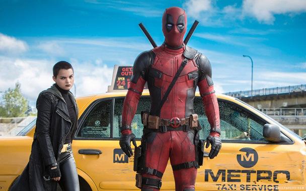 "Brianna Hildebrand como Ellie Phimister / Negasonic Teenage Warhead y Ryan Reynolds en ""Deadpool""."
