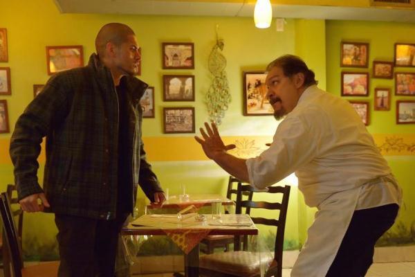 """Miguel Gomez como Augustin 'Gus' Elizalde y Joaquín Cosio como Angel Guzman Hurtado en """"The Strain"""" (T. 2)."""