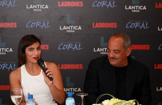 """Nashla Bogaert y Alfonso Rodríguez durante la rueda de prensa de la película """"Ladrones""""."""