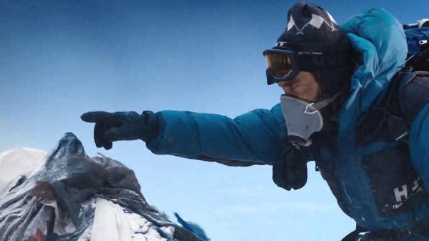 """Jake Gyllenhaal como Scott Fischer al momento de tocar la punta más alta del mundo en """"Everest"""" (2015)."""