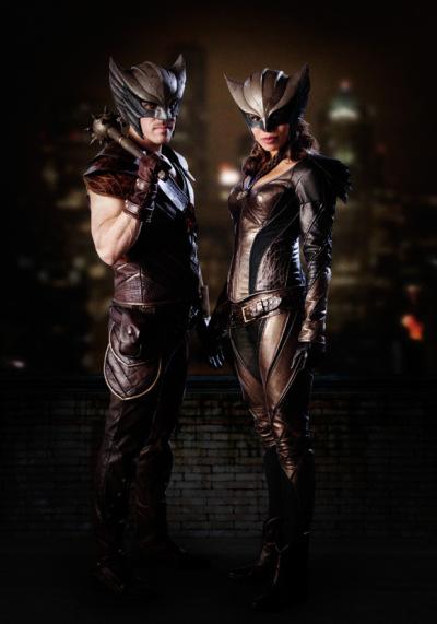 """Imagen de Hawkman (Falk Hentschel) y Hawkgirl (Ciara Renee) en """"Legends of Tomorrow"""". / Fuente imagen: The CW"""